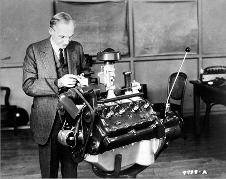 Henry-Ford-con-el-motor-V-8