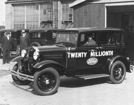 Henry-Ford-conduciendo-el-Modelo-A