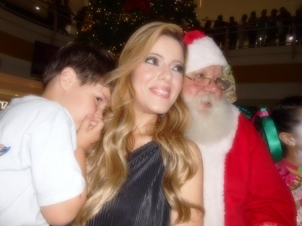 Rebeca-Moreno–su-hijo-Carlos-Alberto-y-el-Santa-de-Tolon-Fashion-Mall