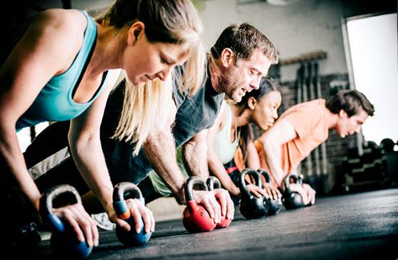 Entrenamiento-grupal-en-gym_bienestar-integral